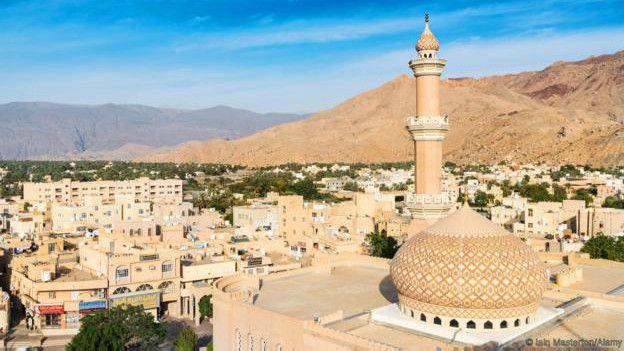 Em Nizwa, Omã, moradores curtem explorar montanhas e parques nos arredores. Foto: Alamy.