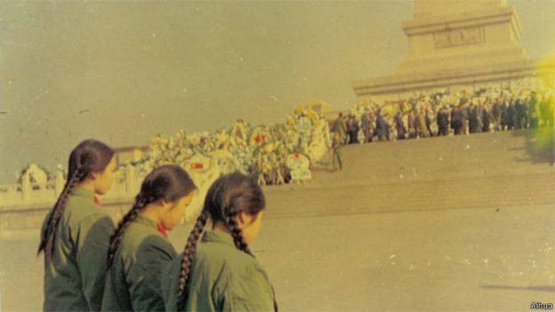 Ngải Hoa và đồng đội tưởng niệm Thủ tướng Chu Ân Lai khi ông qua đời năm 1976.