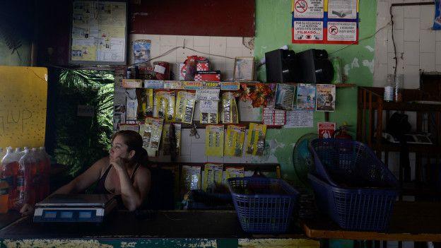Los venezolanos también tienen que enfrentar cortes de energía diarios.