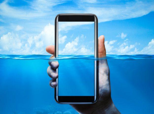 Un teléfono en el agua