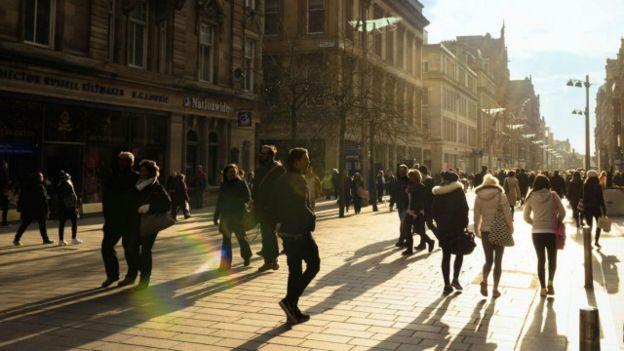 Personas caminando en la calle
