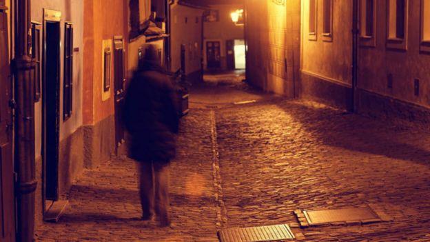 Una persona caminando en la oscuridad