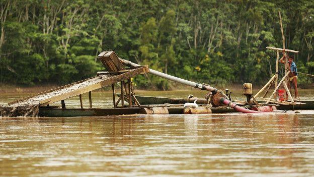 Mineros dragando un río