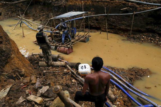 Militares brasileños toman un campamento de garimpeiros.
