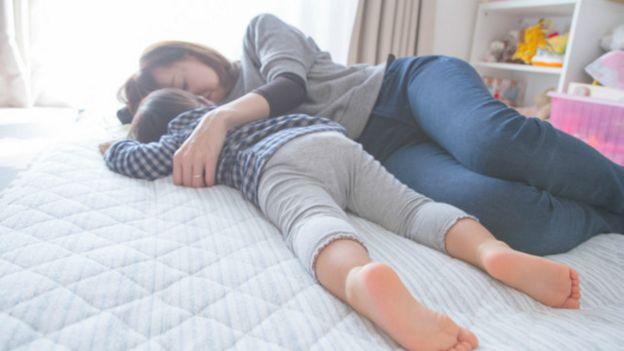 Una madre japonesa durmiendo con su niño