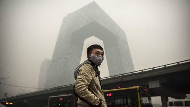 Un joven con máscara en China
