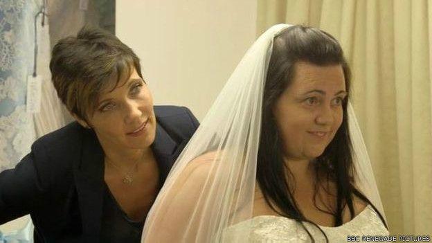 Mirarse al espejo con un vestido de novia fue todo un desafío para Celena.