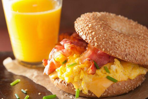 Pan relleno con huevo revuelto, tocineta y queso