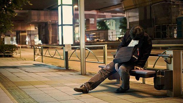 http://ichef-1.bbci.co.uk/news/ws/624/amz/worldservice/live/assets/images/2016/06/08/160608115052_japanese_man_sleeping_bench_624x351_adrianstoreyuchujin_nocredit.jpg