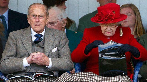Королева роется в сумочке