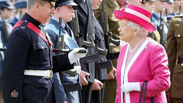 Тщательное подобранное сочетание нейтральных и насыщенных оттенков и шляпки в тон – мгновенно узнаваемый стиль Елизаветы II