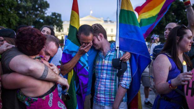 LGBTQ(女同志、男同志、双性恋、跨性别人士、酷儿的字首缩写)团体在白宫外举行烛光晚会悼念奥兰多枪击案的死难者。