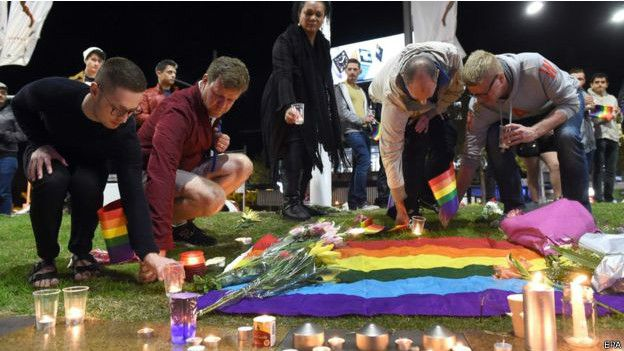 在法国巴黎,埃菲尔铁塔也亮起了彩虹灯光,哀悼奥兰多枪击案受害者。