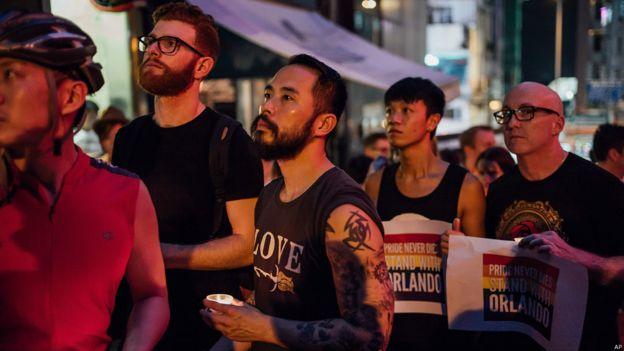 在香港,多个同性恋团体在中环砵甸乍街举行烛光集会,包括歌手何韵诗和黄耀明在内的近百人出席了悼念活动。Image copyrightAP Image caption 在香港,多个同性恋团体在中环砵甸乍街举行烛光集会,包括歌手何韵诗和黄耀明在内的近百人出席了悼念活动。