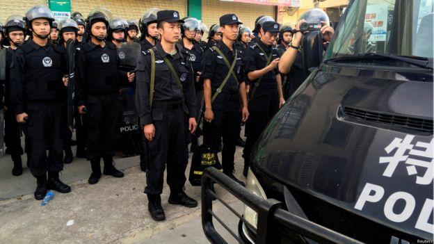 聚會附近有100多頭帶頭盔,手持盾牌的防暴警察和武警待命。