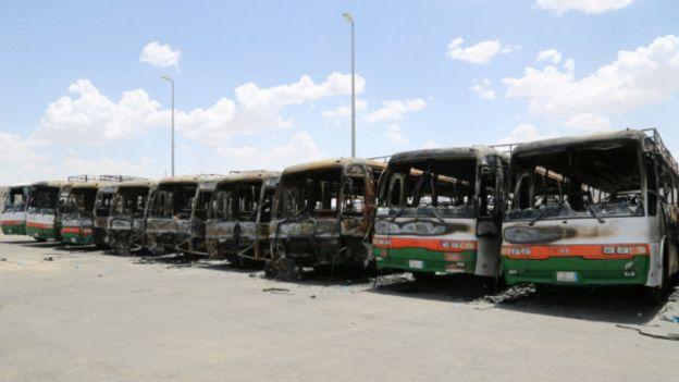 شهود عيان قالوا إن سيارات نقل العمال أحرقت في مكة من طرف المحتجين من العمال الأجانب بسبب تأخر أجورهم