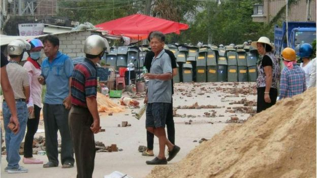 防暴警察在烏坎村村口疊起盾牌陣(烏坎村村民提供照片13/9/2016)
