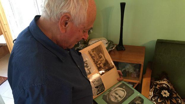 Василий Михайловский показывает фото няни, которая спасла ему жизнь