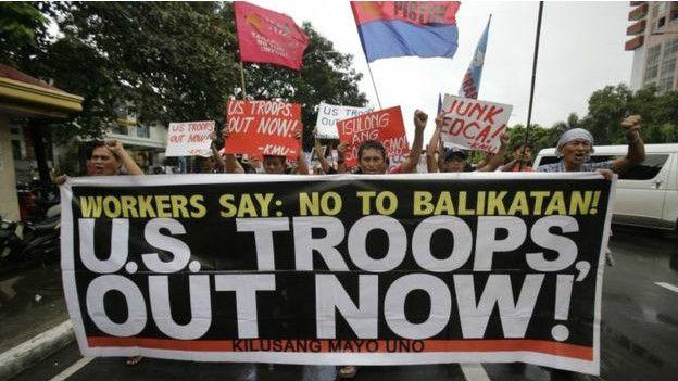 10月4日,菲律賓民眾在美國大使館門前示威抗議美菲簽署的《增強防衛合作協議》。