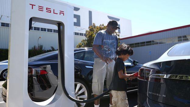 特斯拉(Tesla)在美國加州佛利蒙某停車場的充電設施(資料圖片)
