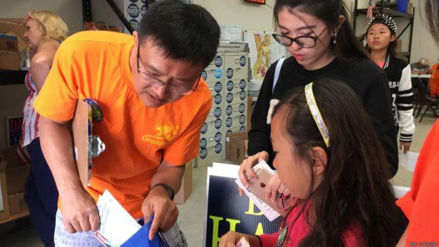 除了在美多年的華人外,參與掃街拜票的還有未成年人。她們在拜票前接受培訓。