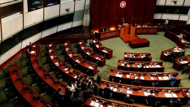 香港立法会议事厅内保安员试图制服梁颂恒(图下)(2/11/2016)