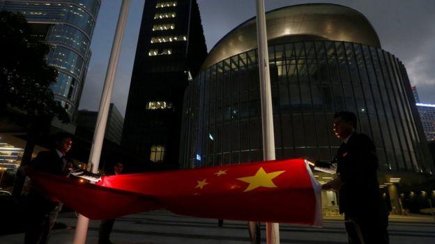 香港立法会傍晚时分降下中国国旗(7/11/2016)