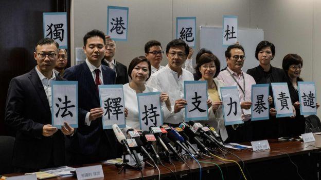 香港亲北京议员举起支持中国人大释法标语(7/11/2016)