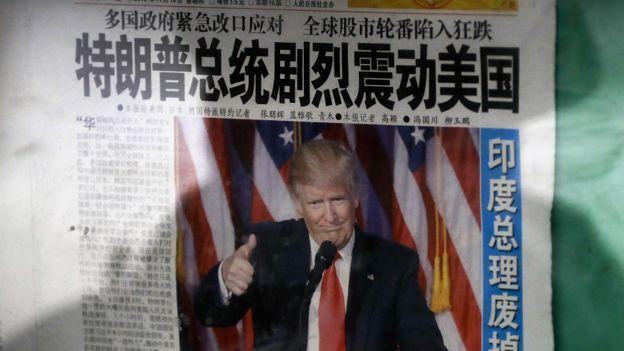 北京街頭一閱報欄上報道特朗普當選消息的報紙頭版(10/11/2016)