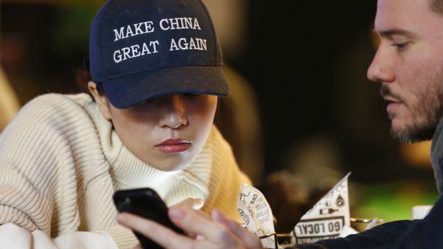 """北京某酒吧内一位女子戴上""""复兴中国""""的鸭舌帽(9/11/2016)"""