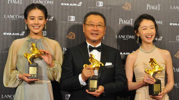最佳男主角範偉(中)與最佳女主角周冬雨(右)、馬思純(左)