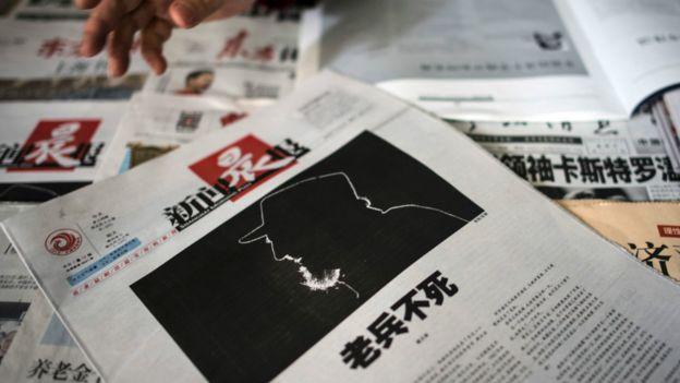 上海某報攤上報道卡斯特羅死訊的《新聞晨報》頭版(27/11/2016)
