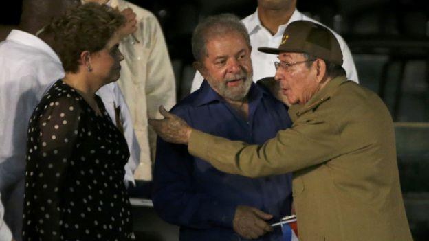 聖地亞哥悼念集會上勞爾·卡斯特羅(右)與巴西前總統盧塞夫(左)和盧拉(中)寒暄(3/12/2016)