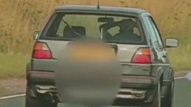 motorista dirigindo sem mãos