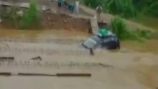 Carro afunda na Bolívia. Foto: reprodução de vídeo