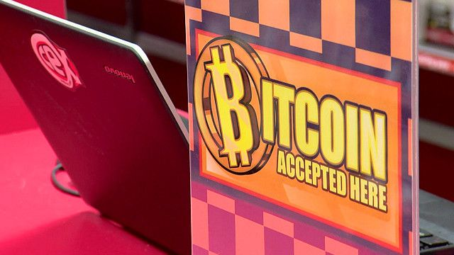 Logo de CeX y de bitcoin.