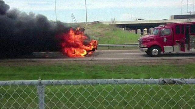 Autobús incendiado y camión de bomberos