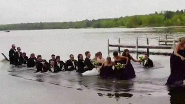 noivos e padrinhos caem na água | AP