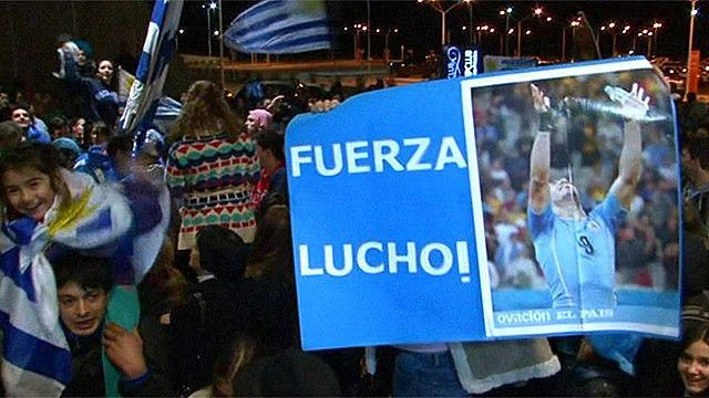 Cientos de personas esperan a Luis Suárez en Montevideo