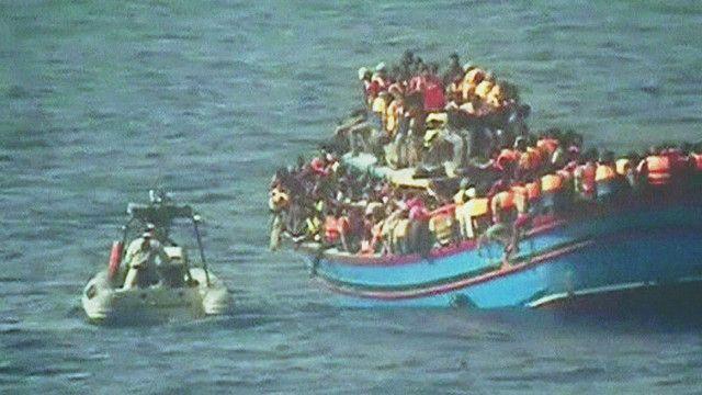 Inmigrantes cerca de Sicilia, Italia