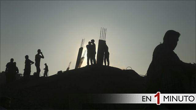 Palestinos en los escombros de una casa en Franja de Gaza