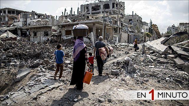 Familia en Gaza camina entre los escombros