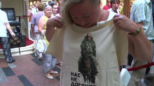 Mujer muestra camiseta con imagen de Vladimir Putin