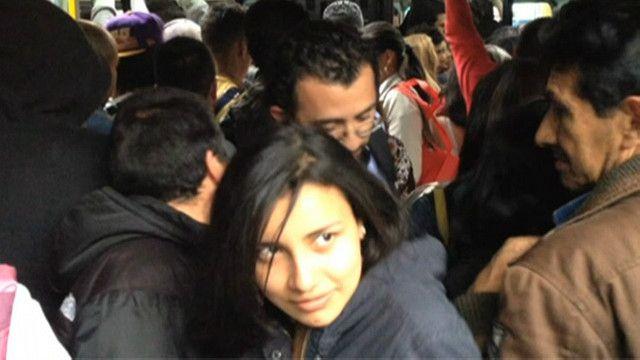 Mujer en Transmilenio de Bogotá