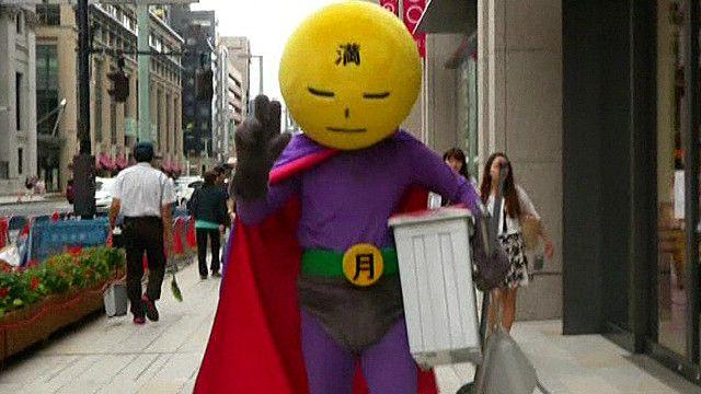 Superhéroe contra la mugre en las calles de Tokio