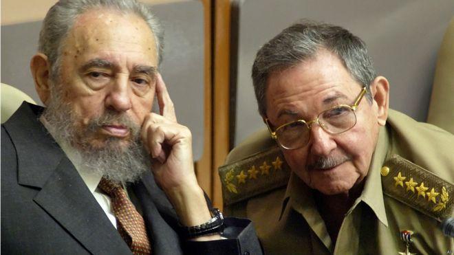 Fidel Castro y su hermano Raúl, presidente de Cuba. Foto: AP