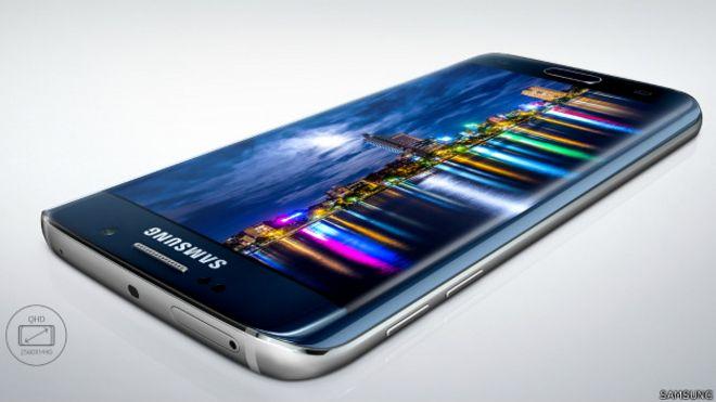 Image caption Новый смартфон S-6 Edge имеет вогнутый экран и стеклянные кромки