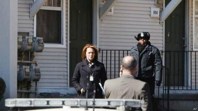 La policía ante la casa donde encontraron a los niños en el congelador