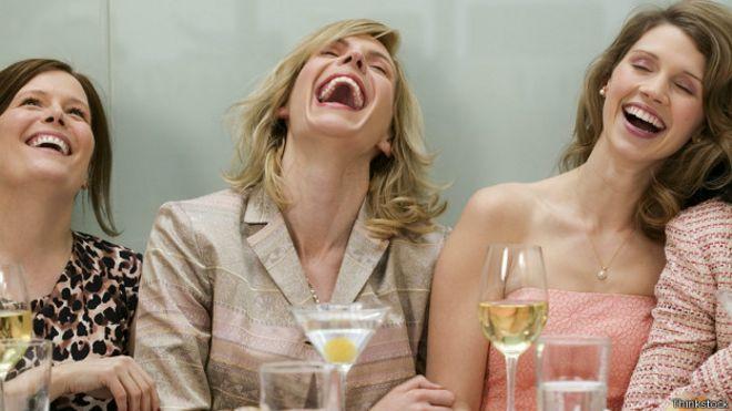 Resultado de imagen para personas riendo a carcajadas