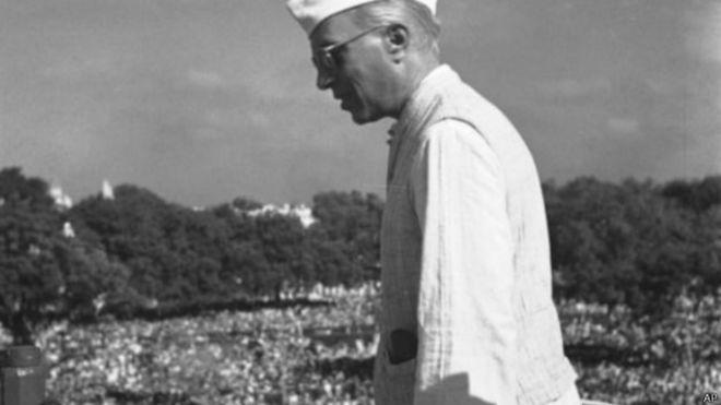 नेहरू की पुण्यतिथि आज ; तारीफ़ के बाद कलेक्टर का तबादला